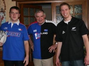 Daniel v sredini in Lee na desni pred finalom v Rugby-ju